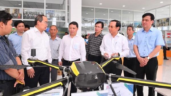 Đoàn lãnh đạo TP.HCM tìm hiểu sản phẩm của các công ty tại Vườn ươm Doanh nghiệp, Khu Công nghệ cao.
