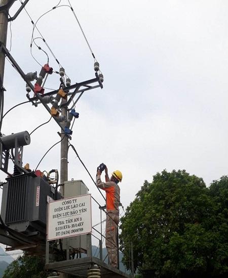 Công nhân Điện lực Bảo Yên áp dụng thiết bị camera nhiệt trong việc phát hiện ngăn ngừa sự cố
