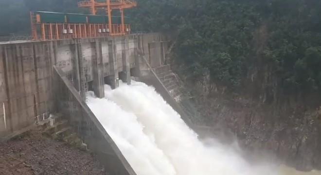Sau khi UBND tỉnh Thừa Thiên-Huế có công điện yêu cầu công an tỉnh giám sát, Nhà máy thủy điện Thượng Nhật đã mở 5 van xả nước