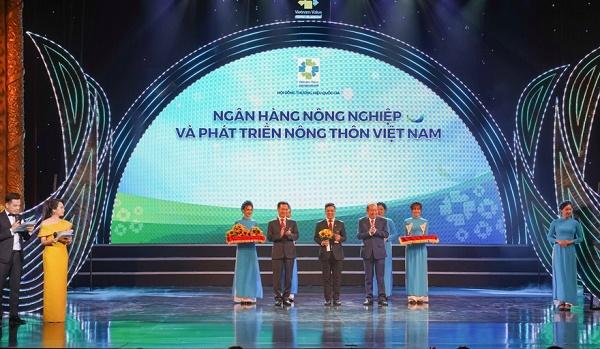 Đại diện Ngân hàng Nông nghiệp và Phát triển Nông thôn Việt Nam (Agribank) nhận biểu trưng Thương hiệu Quốc gia năm 2020