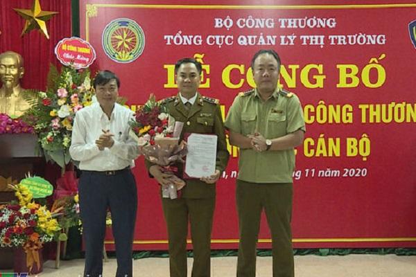 Lãnh đạo UBND tỉnh Nghệ An và Tổng Cục Quản lý thị trường trao quyết định bổ nhiệm và tặng hoa chúc mừng tân Cục trưởng Cục QLTT Nghệ An Nguyễn Văn Hường