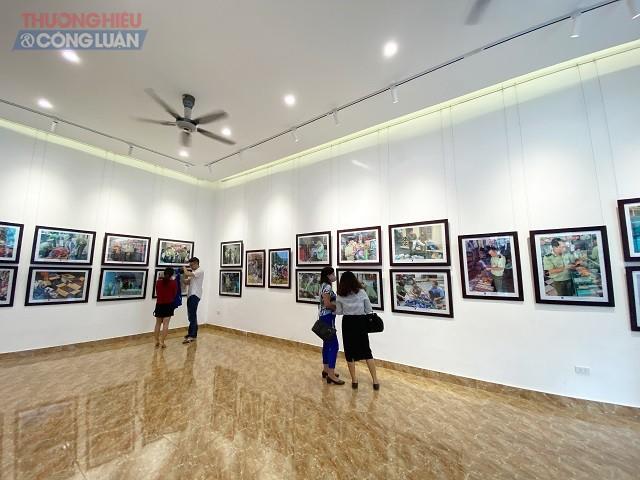 """Hơn 100 bức ảnh trưng bày tại Khai mạc Triển lãm ảnh """"Trưng bày giói thiệu hình ảnh các thành tựu và kết quả 13 năm triển khai chương trình phòng chống hàng giả, hàng nhái"""