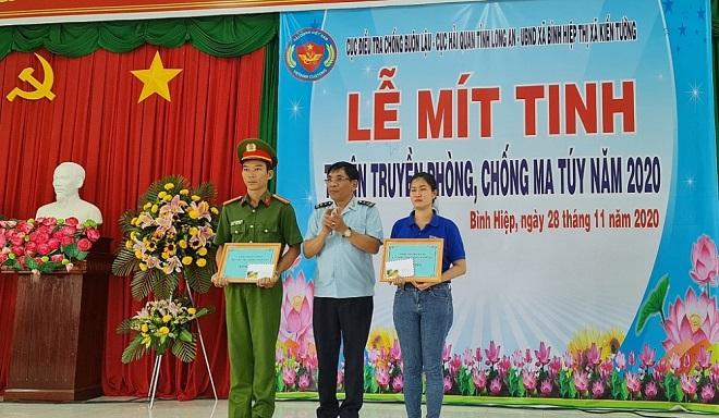 Đại diện Cục Điều tra chống buôn lậu trao giấy khen và quà cho 2 đơn vị có thành tích trong công tác phòng, chống ma túy.