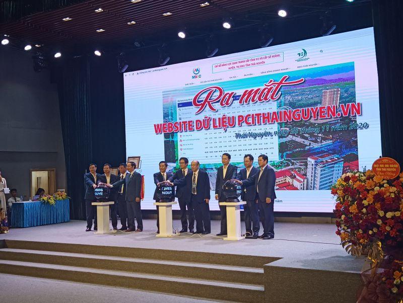 Các đại biểu thực hiện nghi thức bấm nút ra mắt Website dữ liệu PCI pcithainguyen.vn.