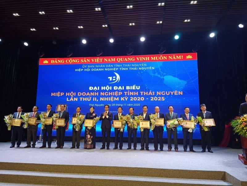 Đồng chí Nguyễn Tiến Lộc, Chủ tịch VCCI trao Kỷ niệm chương cho các cá nhân có thành tích trong phát triển thương mại - dịch vụ.