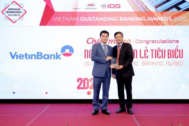 Giám đốc Khối Bán lẻ VietinBank – Ông Đàm Hồng Tiến nhận giải tại sự kiện