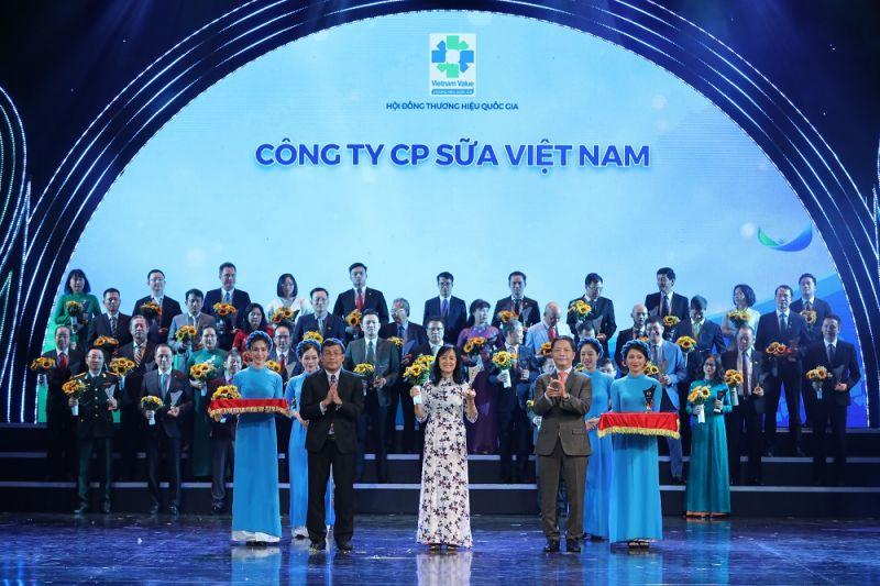 Bà Nguyễn Thị Minh Tâm – Giám đốc Chi nhánh Vinamilk Hà Nội đại diện nhận biểu trưng tại Lễ công bố các doanh nghiệp có sản phẩm đạt Thương Hiệu Quốc Gia năm 2020 diễn ra tại Hà Nội.