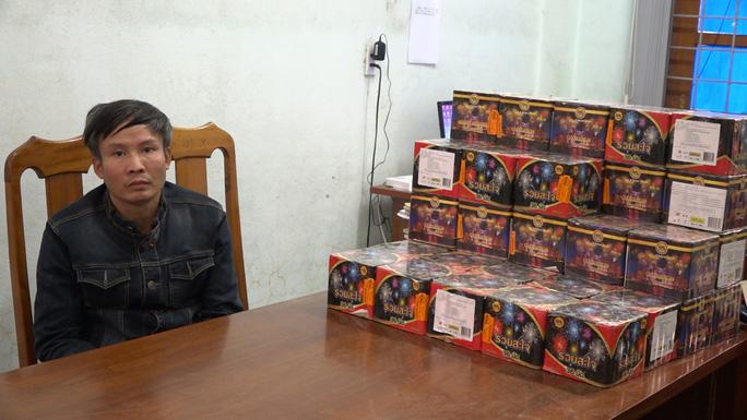 Đối tượng Nguyễn Tiến Trung và số pháo lậu tại cơ quan Công an tỉnh Quảng Bình