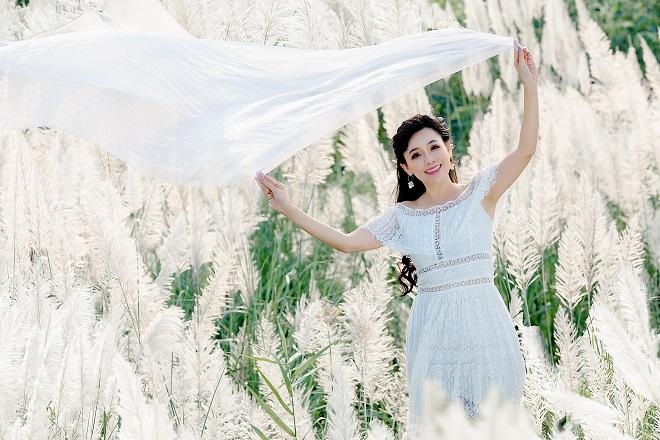 Cánh đồng lau trắng ở bãi đá sông Hồng đang thu hút giới trẻ đến tham quan, chụp ảnh