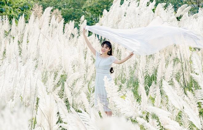 Hãy chuẩn bị những bộ trang phục sáng màu để có những bức ảnh cực xịn sò tại vườn cỏ lau bãi đá sông Hồng