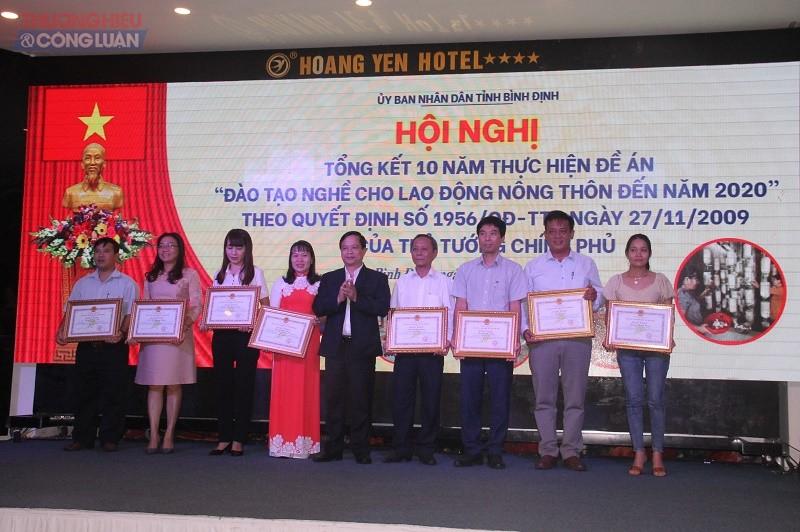 Phó Chủ tịch UBND tỉnh Nguyễn Phi Long tặng bằng khen cho các cá nhân có thành tích xuất sắc trong đào tạo lao động nông thôn