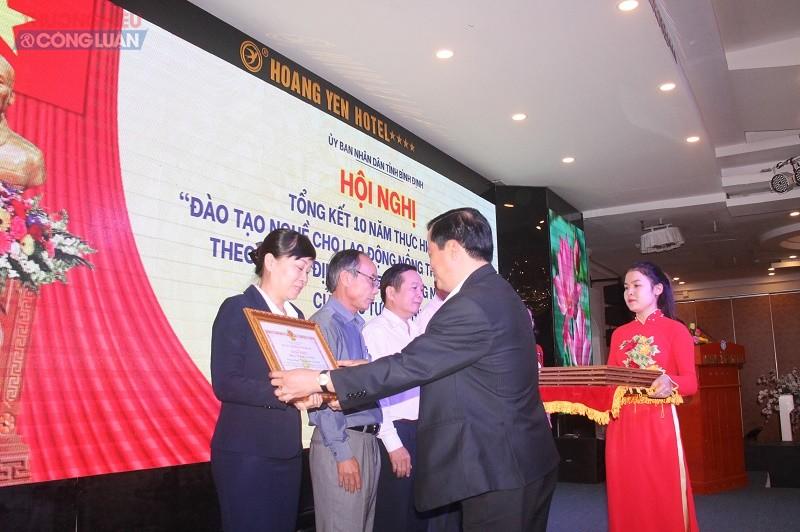 Phó Chủ tịch UBND tỉnh Nguyễn Phi  Long tặng bằng khen cho các tập thể có thành tích xuất sắc trong đào tạo nghề lao động nông thôn