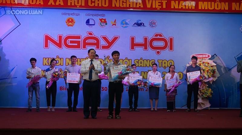 Phó Chủ tịch UBND tỉnh Nguyễn Phi Long (ở giữa, bên trái) trao bằng khen  của UBND tỉnh cho các thí sinh đạt giải cuộc thi Khởi nghiệp sáng Bình Định 2020