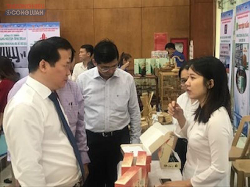 Phó Chủ tịch UBND tỉnh Nguyễn Phi Long tham quan các gian hàng khởi nghiệp sáng tạo