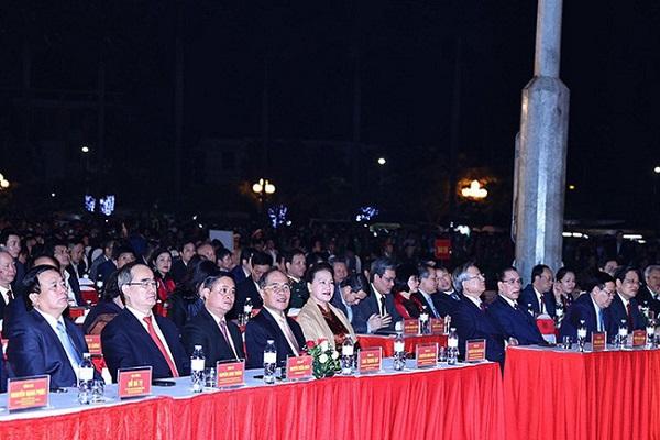 Chủ tịch Quốc hội Nguyễn Thị Kim Ngân cùng các đại biểu trung ương và địa phương tham dự buổi lễ