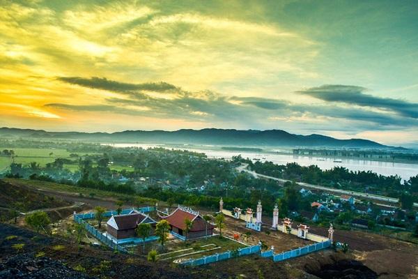 Núi Hồng sông Lam nhìn từ Đền Quang Trung – núi Quyết