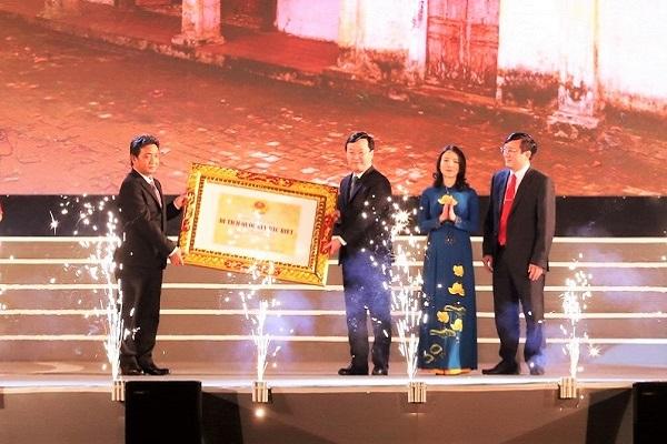 Lãnh đạo tỉnh Nghệ An đón nhận Bằng di tích Quốc gia đặc biệt Đình Hoành Sơn
