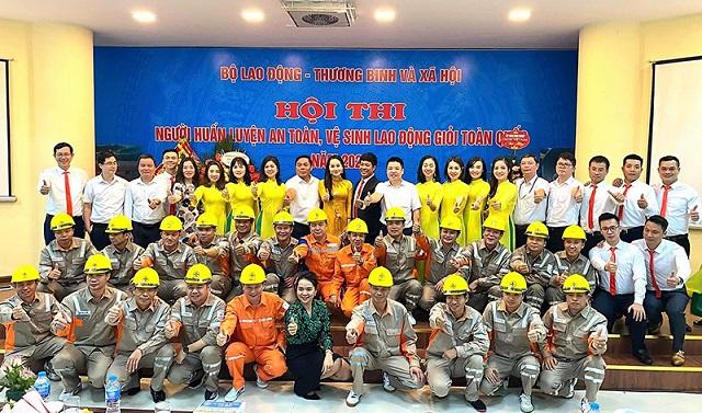 CBCNV Tổng Công ty Điện lực miền Bắc chụp ảnh lưu niệm tại cuộc thi.