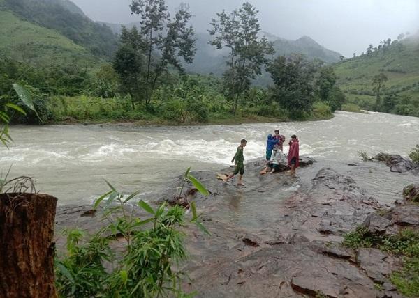 Đường lên núi Tà Giang có nhiều con suối lớn, nước dâng cao khi mưa nên hiểm trở.