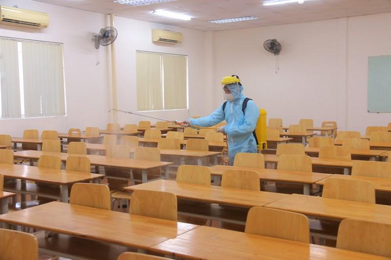 Trường ĐH Ngân hàng TP.HCM tiến hành khử khuẩn các phòng học trong đợt dịch vừa qua. (Ảnh: FBNT)