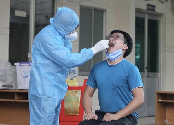 Nhân viên Trung tâm y tế quận lấy mẫu xét nghiệm cho người dân trên địa bàn ( Ảnh: Hoàng Hùng)