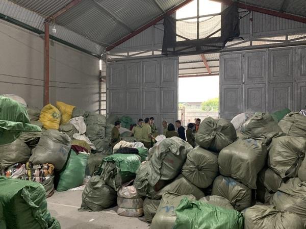 Kho hàng chứa 509 kiện quần áo đã qua sử dụng