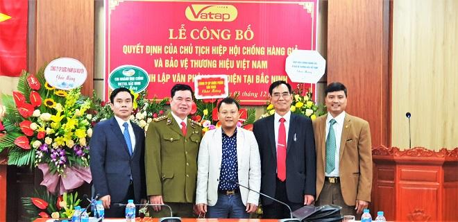 Lãnh đạo Hiệp hội VATAP và doanh nghiệp chúc mừng Văn phòng đại diện