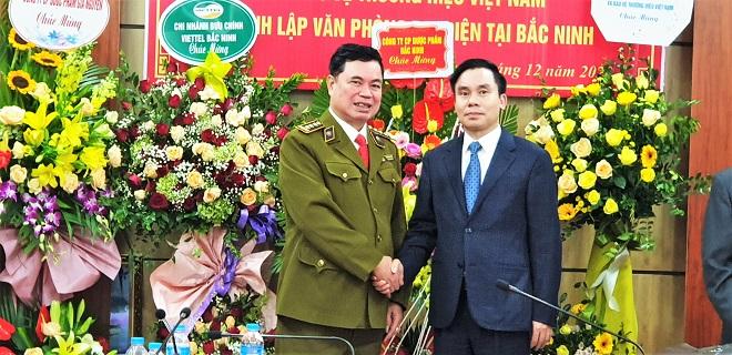Phó chủ tịch Hiệp hội VATAP Phạm Xuân Vinh chúc mừng Trưởng Văn phòng đại diện Vũ Mạnh Hải