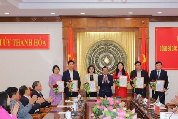 Đồng chí Phó Bí thư Thường trực Tỉnh ủy Lại Thế Nguyên trao quyết định và tặng hoa cho các đồng chí được điều động, bổ nhiệm.