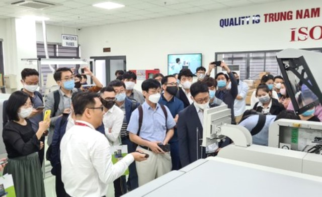 Đoàn doanh nghiệp Hàn Quốc tham quan tại nhà máy ươm tạo 3 dây chuyển SMT nằm trong DITP