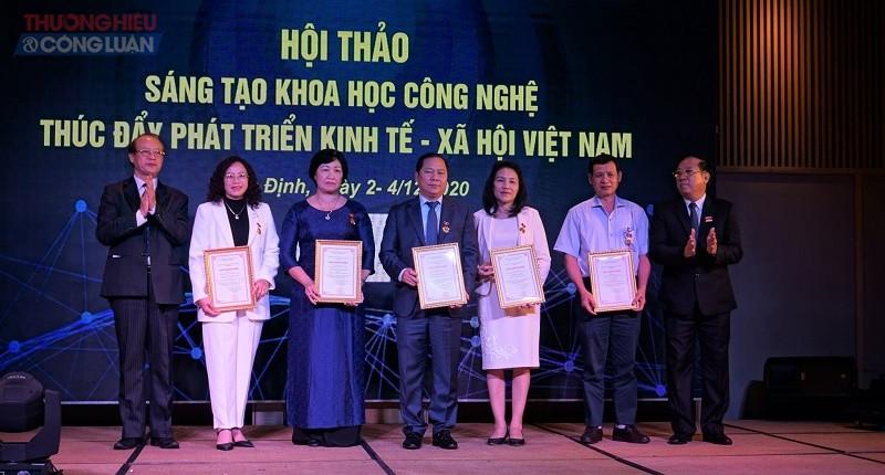 Trao kỷ niệm chương vì sự nghiệp sáng tạo khoa học Việt Nam
