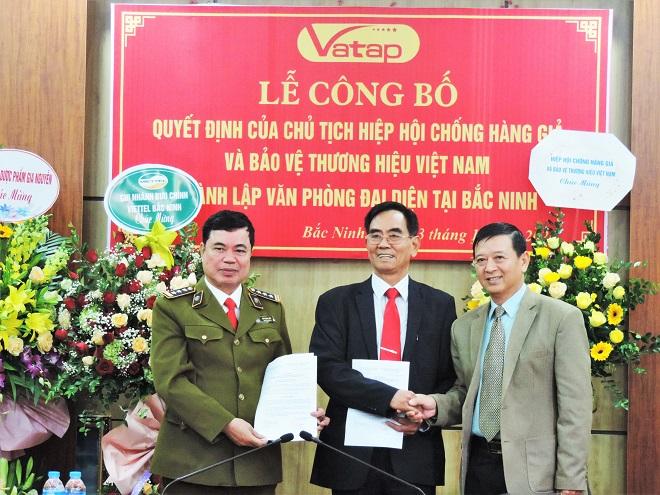 Chủ tịch Nguyễn Đăng Sinh (bìa phải) trao QĐ  bổ nhiệm Trưởng và Phó trưởng Văn phòng đại diện tại Bắc Ninh