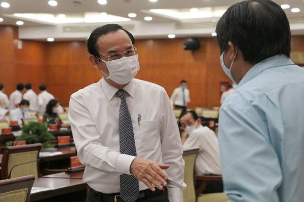 Bí thư Thành ủy TP.HCM Nguyễn Văn Nên trao đổi với đại biểu tại hội nghị. Ảnh: Tá Lâm