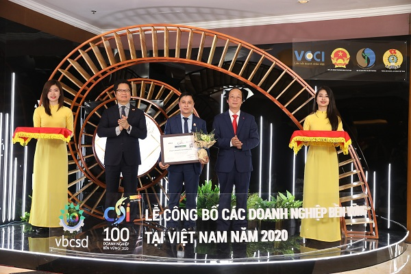 Đại diện lãnh đạo Công ty Yến Sào Khánh Hòa lên nhận bằng chứng nhận CSI 2020