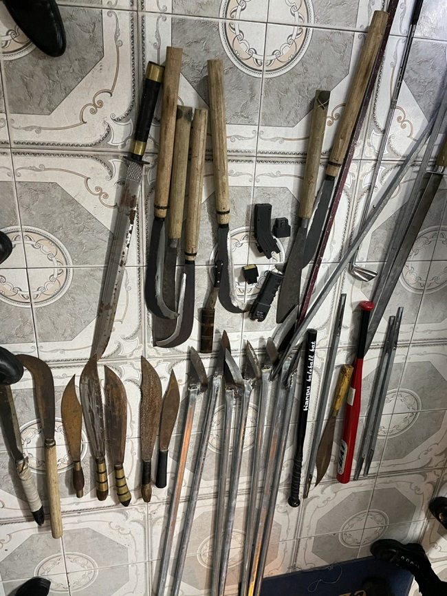 Tại văn phòng làm việc của Công ty TNHH dịch vụ vận tải Phúc Cường, trong quá trình khám xét lực lượng chức năng đã thu giữ được nhiều dao kiếm các loại.