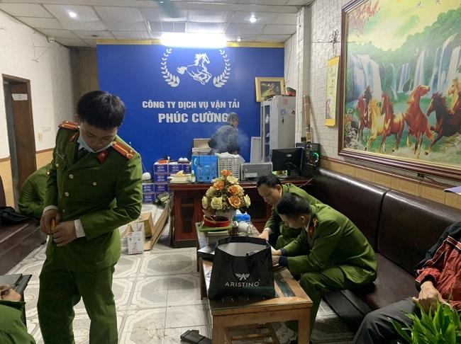 Lực lượng chức năng Công an thành phố Thái Bình khám xét trụ sở công ty  Phúc Cường.