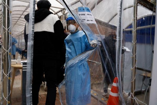 Một người đàn ông đi vào khu vực xét nghiệm COVID-19 ở thủ đô Seoul, Hàn Quốc ngày 13-12-2020 - Ảnh: REUTERS