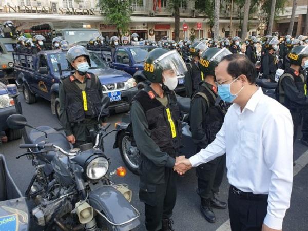 Ông Nguyễn Hồ Hải – Phó Bí thư Thành Ủy TPHCM bắt tay khích lệ lực lượng trước lúc ra quân. Ảnh: CHÍ THẠCH