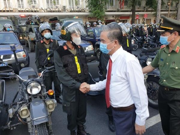 Ông Ngô Minh Châu - Phó Chủ tịch UBND TPHCM bắt tay các chiến sĩ trước lúc ra quân. Ảnh: CHÍ THẠCH