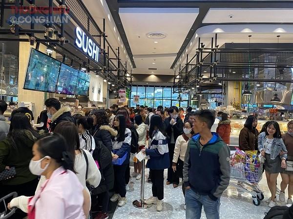 Khách tham quan mua sắm tại Aeon mall Hải Phòng ngày 15/12/2020