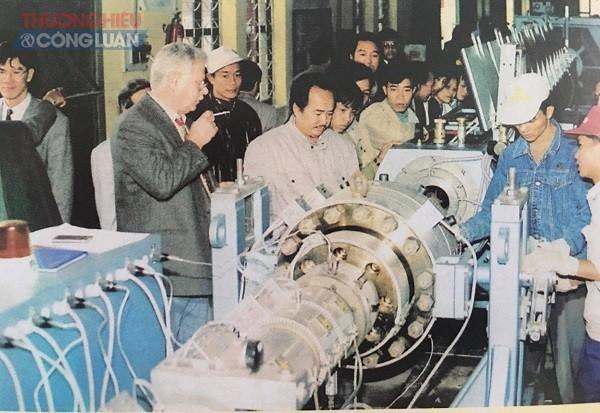 Những thiết bị tiên tiến của các nước G7 đang được chuyên gia hướng dẫn đưa vào sản xuất.