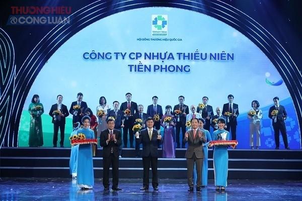 Ảnh Thành viên HĐQT, TGĐ Nhựa Tiền Phong Chu Văn Phương nhận chứng nhận Thương hiệu Quốc gia năm 2020