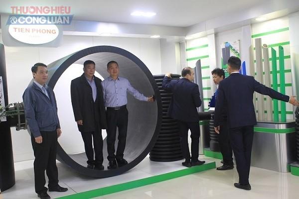 Đường ống HDPE 2000DN tuổi thọ trên 50 năm, có thể cung cấp đồng bộ với phụ tùng cỡ lớn sử dụng trong lĩnh vực cấp nước những công trình quy mô lớn và trọng điểm trưng bày tại Hội thảo giới thiệu sản phẩm mới của Nhựa Tiền Phong tháng 12/2019