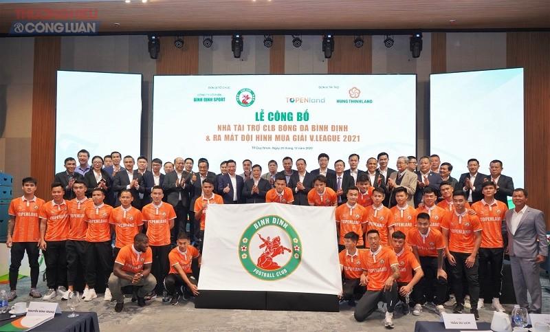 Ban huấn luyện và các cầu thủ CLB Bóng đá Topenland Bình Định chụp hình lưu niệm với lãnh đạo tỉnh Bình Định, lãnh đạo Tập đoàn Hưng Thịnh và các nhà tài trợ