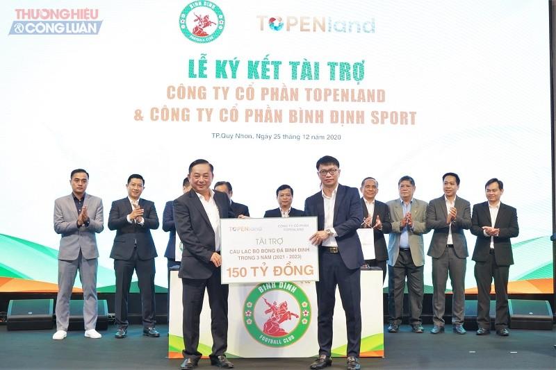 Ông Võ Văn Khang - Chủ tịch Công ty Topenland trao bảng tài trợ cho ông Nguyễn Hữu Sang - Giám đốc Công ty Cổ phần Bình Định Sport