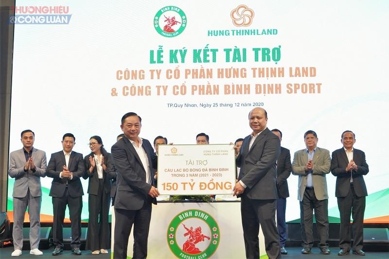Ông Lê Trọng Khương- Tổng Giám đốc Hưng Thịnh Land trao bảng tài trợ cho ông Nguyễn Hữu Sang- Giám đốc Công ty Cổ phần Bình Định Sport