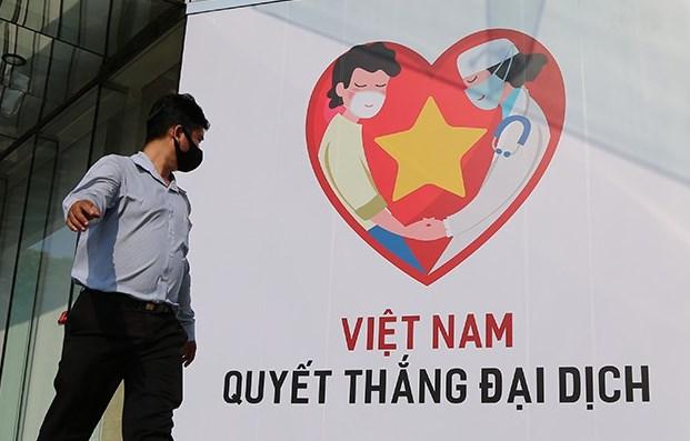 """Khẩu hiệu """"Việt Nam quyết thắng đại dịch"""" đặt trước một trung tâm thương mại ở Quận 1, TPHCM. Ảnh: PLO"""