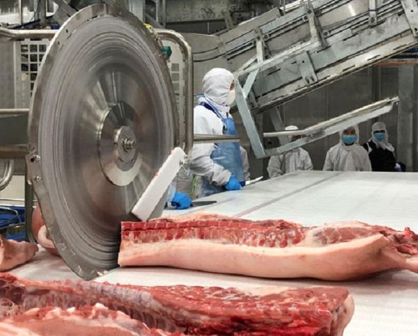 Nguồn cung thịt heo giết mổ trong nước không đủ đáp ứng nhu cầu tiêu thụ trong Tết này.