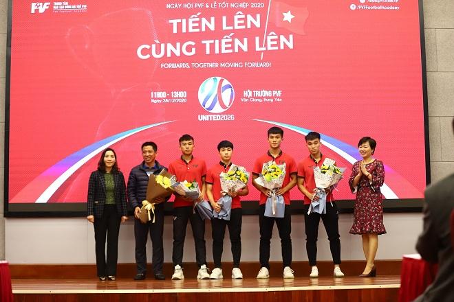 Bà Phan Thu Hương, Tổng Giám đốc PVF (ngoài cùng bên phải) và bà Nguyễn Thị Mỹ Dung, Phó Tổng Giám đốc PVF (ngoài cùng bên trái) bàn giao cầu thủ cho CLB bóng đá Sài Gòn