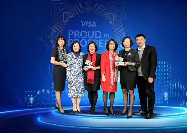 Đại diện BIDV nhận 2 giải thưởng của Tổ chức thẻ quốc tế Visa
